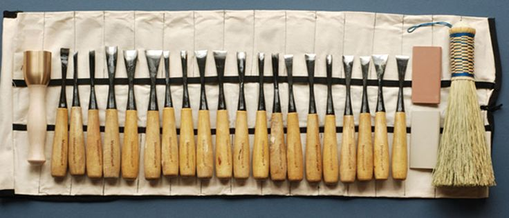 This set of 10 hand carving tools is absolutely mandatory for every woodworker. A video explains how to use these wood carving tools efficiently.