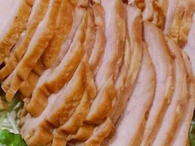 簡単!!柔か~♪鶏むねハム♪  鶏むね肉 2枚  ☆酢 大さじ3  ☆水 1リットル  ☆しょうが 2片  ★醤油 150cc(※)  ★砂糖 大さじ1  ★みりん 大さじ3  ★酢 大さじ1  鍋に鶏むね肉と☆を入れて中火にかける。 沸騰したらあくを取り、弱火で15分。 火を止めて、30分そのままでおいておく。 2 ★をポリ袋に入れておく。 鍋から肉を取りだし、ポリ袋に入れる。 あら熱が取れたら、冷蔵庫で半日ほど漬け込む。