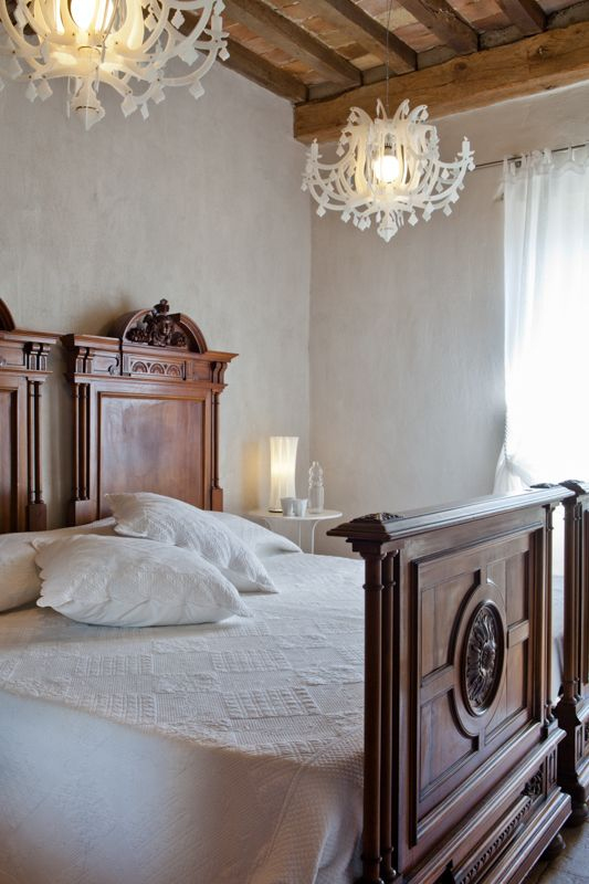 White Bedroom Slamp Chandelier © photo Francesca Pagliai
