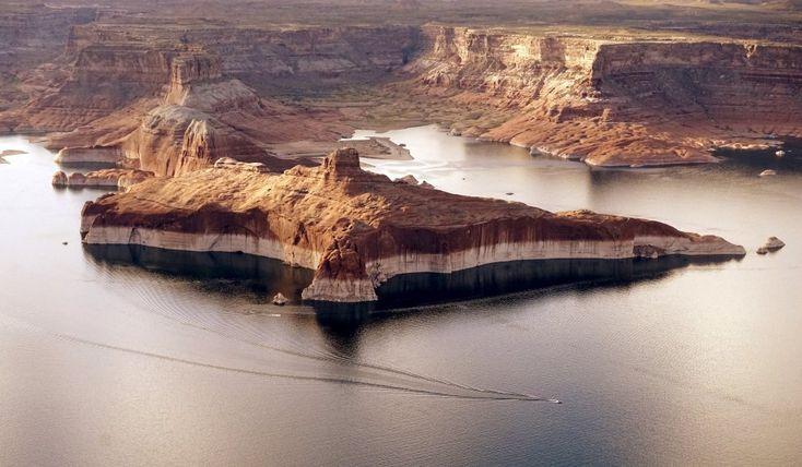 I segni lasciati sulla roccia dal ritirasi delle acque del lago