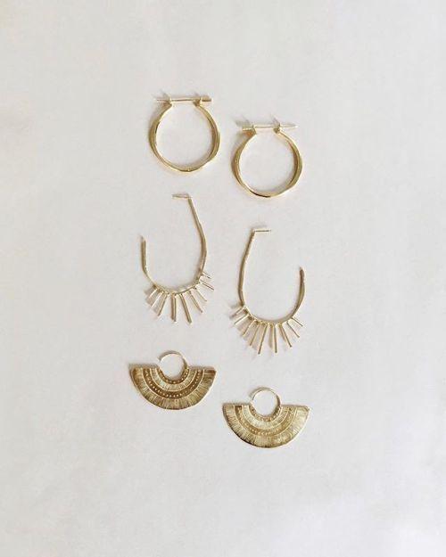 Love this minimal golden jewelry