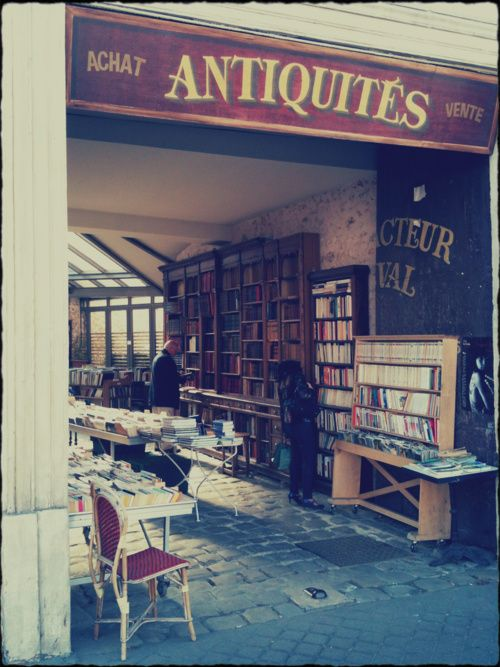 Quaint second hand book store in Versailles (Photo credit: A.A.)