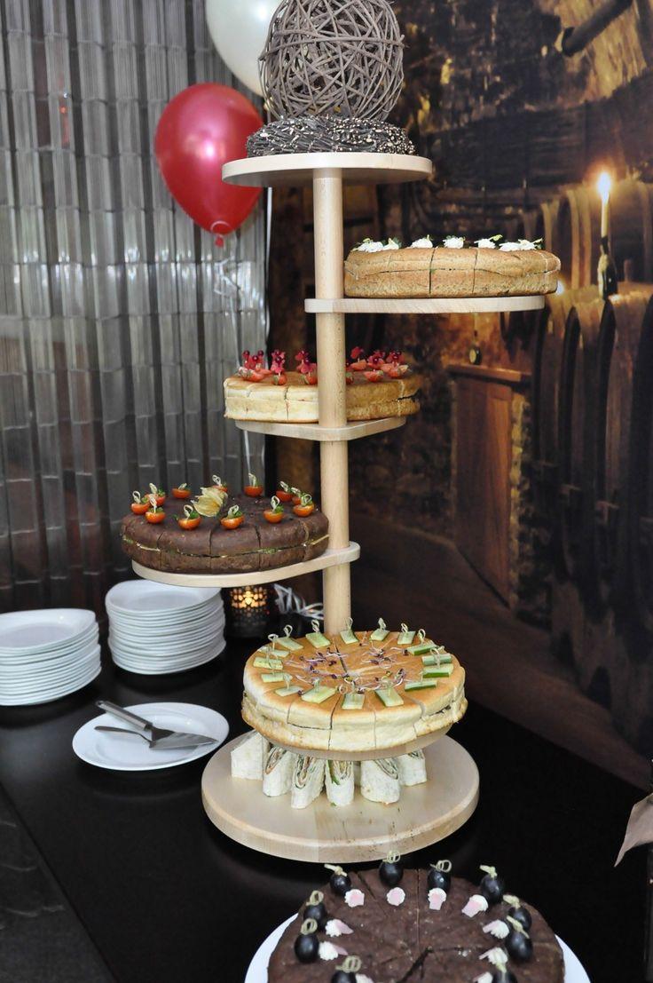 Lunch idee voor uw bruiloft, de bruids-broodtaart (bruidstaart van brood). Iedere laag heerlijk verschillend belegd. Ook leuk om te combineren met een glas bouillon. Meer informatie www.lutterzand.nl/trouwen/bruidstaarten