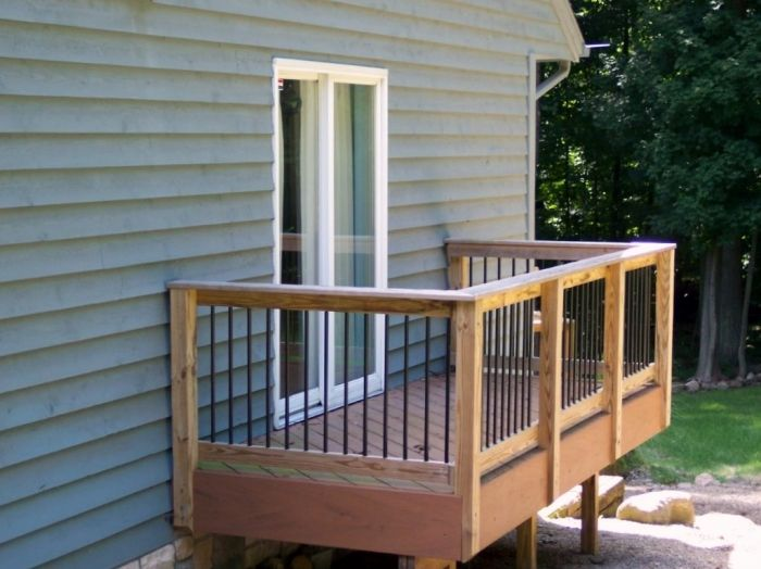 A composite balcony deck with Deckorator pickets and wooden rails.