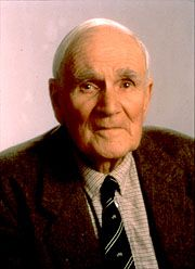Desmond Llewelyn: 1914-1999; Welsh actor noted for his role in the James Bond films; of a fatal car accident.