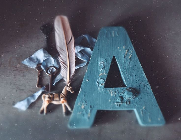 Chalkpainted letter /  makeover  / blue color / diy / vintage furniture / Russian hutch / Daria Geiler painting materials / Dariageiler.com