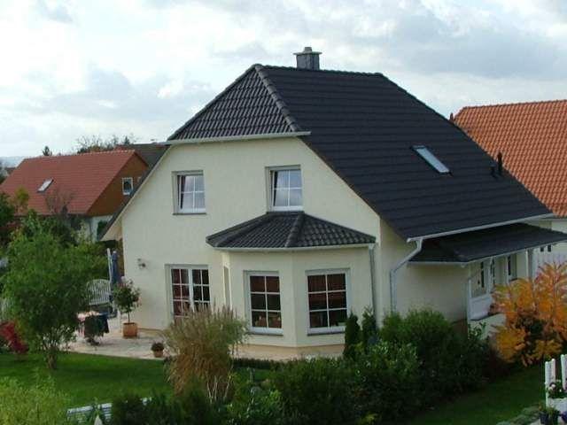 Das Landhaus 120 mit Krüppelwalmdach von dem Bauunternehmen domoplan massivhaus GmbH bietet auf einer Fläche von über 130 m² Platz zum Wohnen für die ganze Familie.