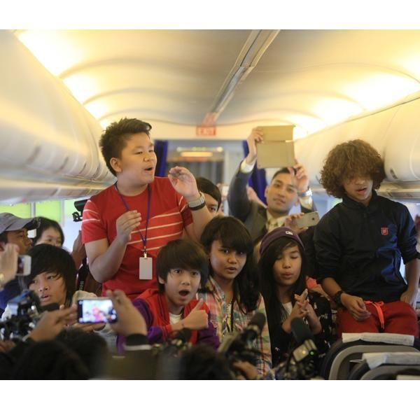 Konser di pesawat WE LOVE COBOY JUNIOR