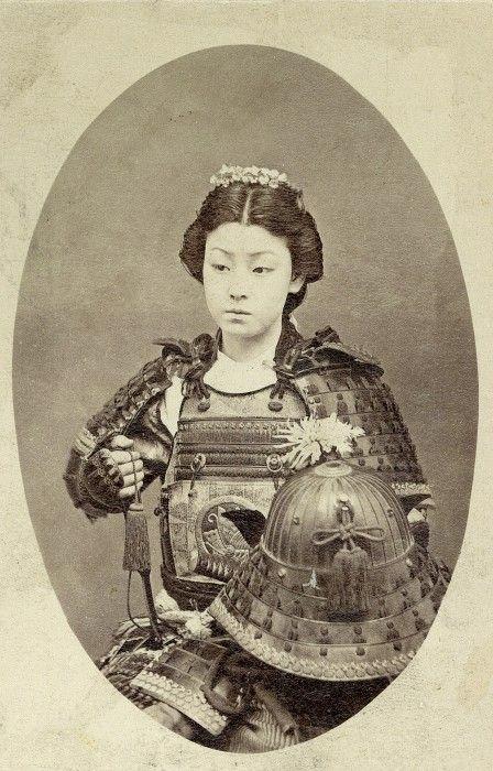 Voici une onna-bugeisha (女武芸者), une femme samouraï. Membres de la classe des samouraïs, ces femmes étaient entraînées au maniement des armes afin de protéger leur maisonnée, leur famille et leur honneur en temps de guerre.
