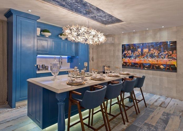"""7. Para quem quer uma """"cozinha da vovó"""" - A arquiteta Fabiane Folchini buscou resgatar a atmosfera aconchegante das casas de avó para compor a Cozinha de Campo. A marcenaria na cor azul, com toque retrô, combina com o piso de porcelanato que imita madeira de demolição pintada e lixada."""