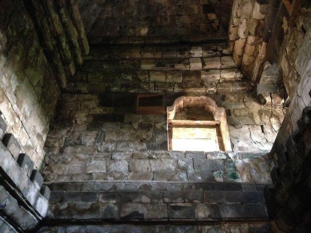 Candi Sari  Proses pembangunan candi ini tertulis pada Prasasti Kalasan (700 Saka) dimana di sana terdapat perintah untuk mendirikan bangunan suci untuk memuja Dewi Tara dan sebuah biara untuk para pendeta Buddha.