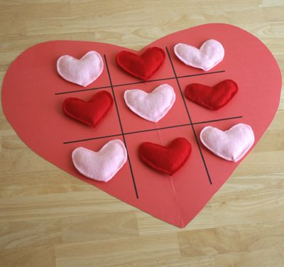Valentine's Day Craft  Babzsák szívecskés Tik-Tak-To játék.  5 rózsaszín és 5 piros szív szükséges hozzá. Az nyer, akinek előbb sikerül 3 szívet egy sorban, vagy átlóban letenni.