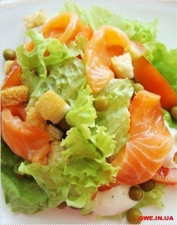 Салат с перепелиными яйцами, семгой и томатами черри