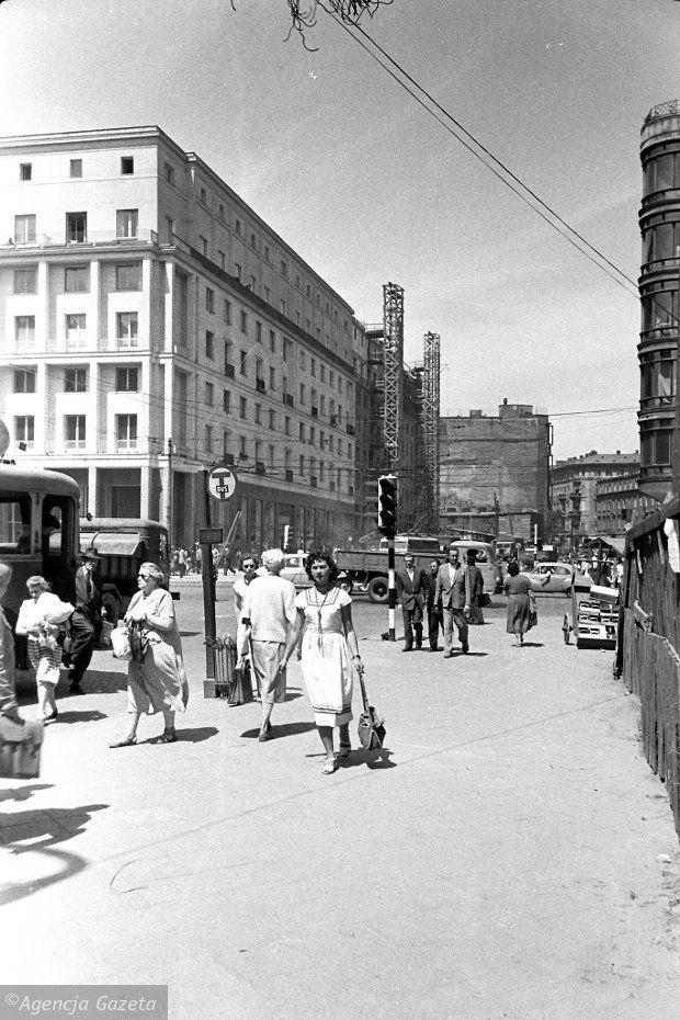60 lat temu w smutnym, szarym mieście za żelazną kurtyną ukazała się powieść iskrząca się feerią barw - 'Zły' Leopolda Tyrmanda. Główną bohaterką jest Warszawa roku 1954. Miasto ruin, czasu odbudowy, powszechnej biedy, przemocy na ulicach. Ale też miasto z charakterem.