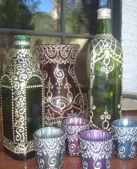 BESCHREIBUNG: Diese schöne Hand bemalte olivgrün Glasflasche hat eine ethnische marokkanischen oder Henna inspiriert mit dreidimensionalen Goldfarbe zu entwerfen. Diese Flasche eignet sich für Olivenöl, Seife, Essig oder Flüssigkeiten jeglicher Art. Die Flasche hat eine Drehung auf Kappe und eine Kunststoffeinlage innen leicht Chaos - Kostenloses Gießen. Diese Flasche in jede Küche oder Bar-Bereich wäre ein schönes und sähe toll aus in einer Auflistung. MAßE: 12 von oben nach unten au...