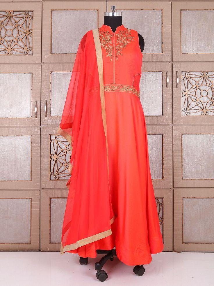 Оранжевое  длинное эксклюзивное платье, без рукавов, украшенное вышивкой люрексом, бисером и стразами
