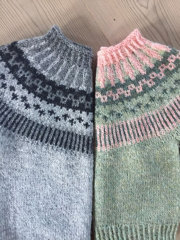 Strikkeopskrift på skøn børnesweater med mønsterstrik model Lille Ebbe og Else. Se mere på: www.hannelarsenstrik.dk
