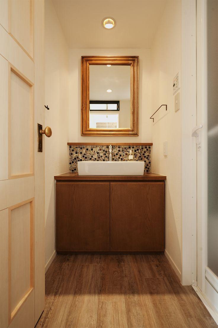 洗面所を素敵にリフォームしたいけど、洗面ボウルを取り替えたりすれば配管工事が必要になり、それなりの費用もかかってしまいますよね。そんなに費用をかけられないし…。と、お考えの方は必見です!こちらでは既製品の洗面台をそのまま利用した、簡単でステキにセルフリフォームされた実例をご紹介していきたいと思います。