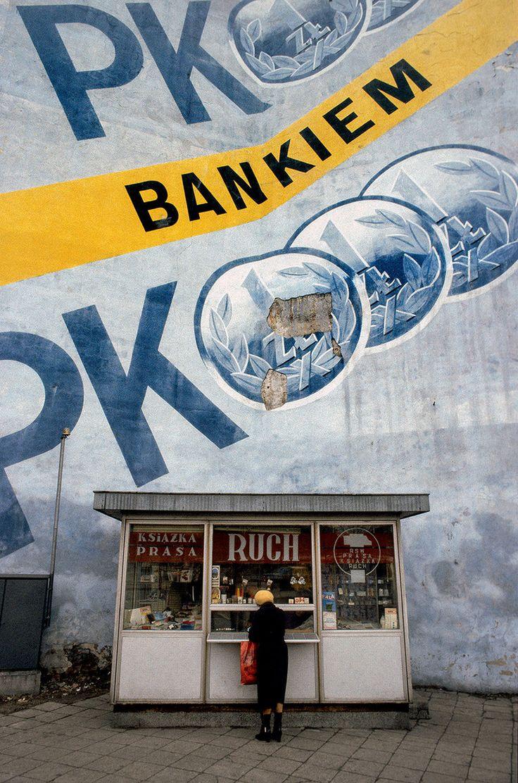 Warszawa, 1982 r. Ówczesny kiosk Ruchu, fot. Chris Niedenthal