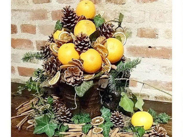 Centrotavola di arance e pigne