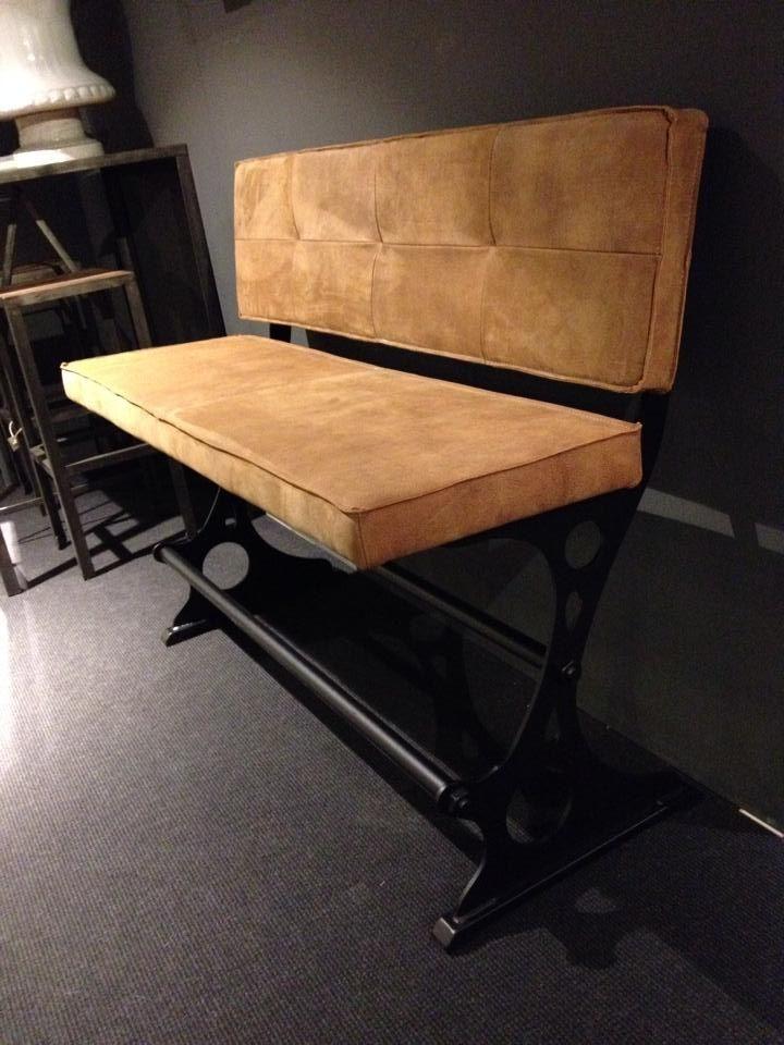 Voorzien van lederen rug en zitting, rug uitgevoerd met mooie carré stikking. Dealer: Oké woonstyle info@oke-woonstyle.nl  of  oddcollection2.0@gmail.com