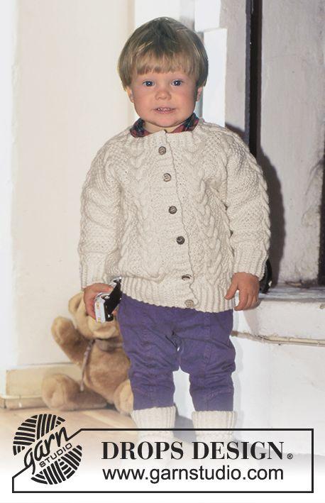 DROPS Baby 5-10 - Chaquetita y calcetines en Karisma con trenzas.