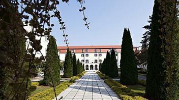 V Radencih se nahaja hotel Radin. Njegova okolica je lepo urejena, hotel pa je urejen tudi za najzahtevnejše goste. O tem hotelu preberite na http://www.viaslovenia.com/sl/terme/murska-sobota-z-okolico/hotel-izvir-zdravilisce-radenci.html