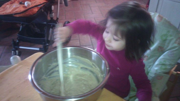 ANTIPASTO Le Frittelle Ingredienti: ½ kg di farina 1 l di acqua tiepida ½ cucchiaino di sale 2 cucchiai di olio di oliva Olio di oliva o strutto per friggere Preparare la solita pastella con l'aiut…