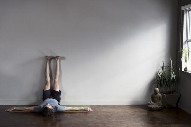 Cinco posturas restaurativas de yoga: Viparita Karani (postura de los pies elevados)