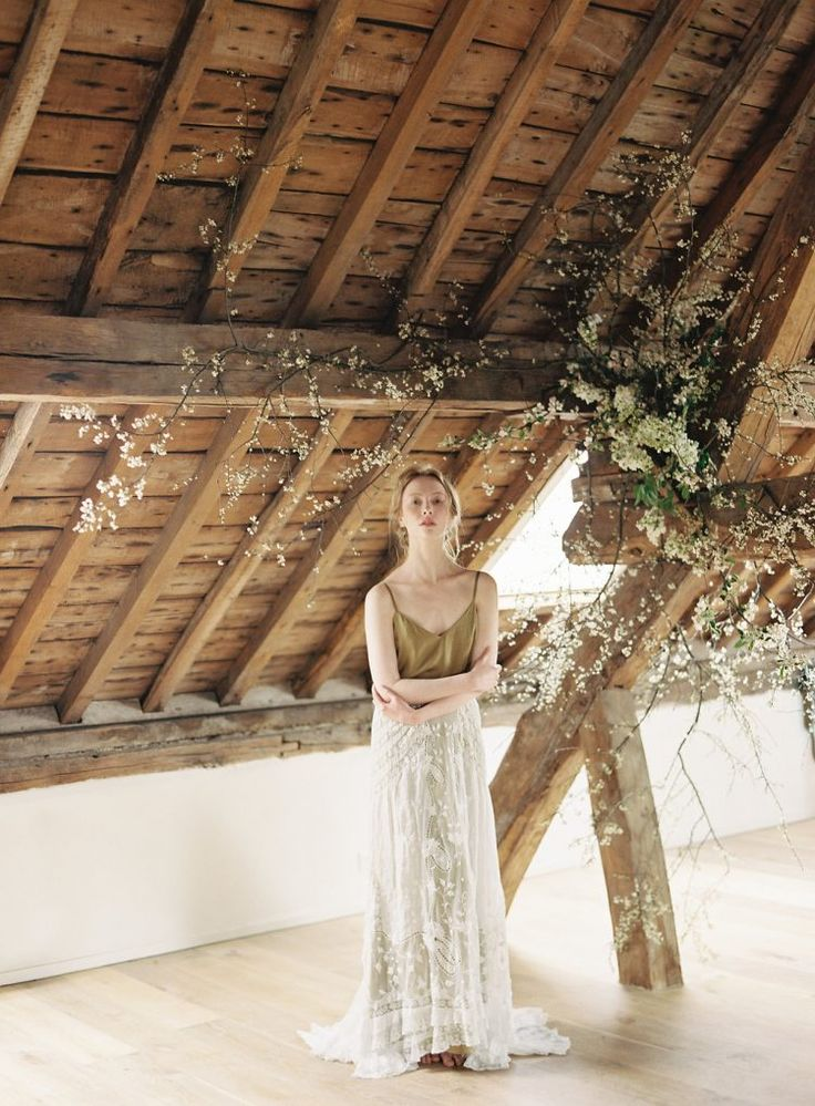 How great would this be for an indoor wedding floral backdrop! So undone and so natural,