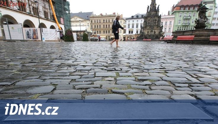 Z centra Olomouce zmizí kluzké kovové desky, zdrsní je jména osobností