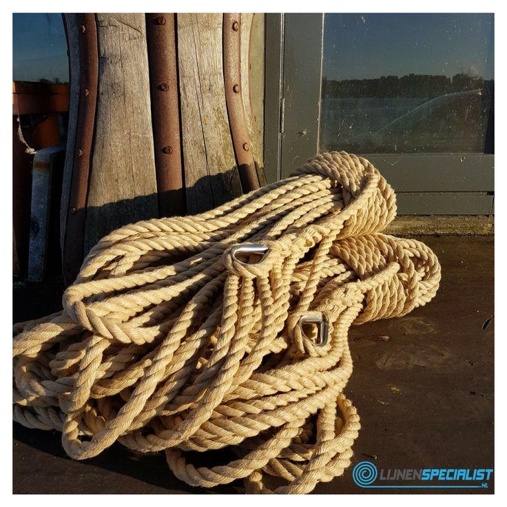 Klassieke driestrengs geslagen touw met oogsplits en metalen oog. #touw #touwen #touwwerk #schiemannen #nautisch #touwenwinkel #lijnenspecialist #ouderwets #klassiek #kous #roestvrijstaal #online #Amsterdam #landvasten #lijnen #oldtimer