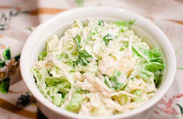 6 диетических рецептов салатов из курицы, они разнообразны, полезны и очень вкусны!🍴🌽🍆   Сохрани себе!📌   1. Салат из пекинской капусты с курицей   на 100грамм - 76.83 ккал  Б/Ж/У - 9.56/3.29/1.44   Ингредиенты:  • Пекинская капуста — 300 г  • Куриное филе — 1 шт.  • Огурец — 1 шт.  • Яйцо — 4 шт.  • Зеленый лук — 1 пучок  • Соль, перец, сметана — по вкусу   Приготовление:  1. Ставим отваривать куриное филе (для аромата добавляем морковку, репчатый лук и лавровый лист. Бульон мы потом…