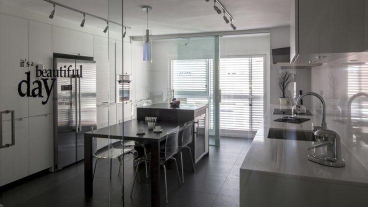 Vivienda equipada con el diseño de cocina MINOS Blanco seda mate de Santos, con puerta corredera de cristal