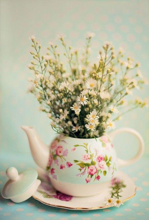 Teapots as decor, love this idea - #teapot #flowers