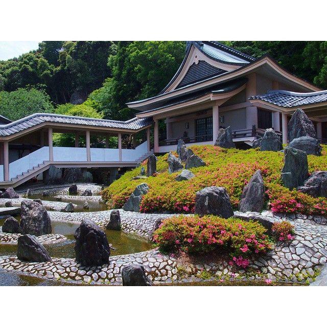 松尾大社「曲水の庭」(2014年・6月) Matsuo-taisha shrine in Kyoto modernized Japanese garden by Mirei Shigemori  京都の西、松尾大社には重森三玲氏が晩年に作庭したお庭が残っています。 こちらの「曲水の庭」は、平安時代の雅な遊び「曲水の宴」を催した曲水式庭園を模範に作られました。 美しい洲浜と水の流れが石で表現されていて、とても現代的な印象です。 さつきの刈込も大きくてまるまるしていて、かわいらしいです(*´-`*) 三玲氏らしく、石組もめちゃめちゃ立ってますね~(^-^) --- これらのお庭(この他にも3つあります)を設計したのち、三玲氏はこの世を去りました。 まさに「永遠のモダン」の最終形態ですね。  #japan #kyoto #shrine #matsuotaisha #japanesegarden #kyokusui #mireishigemori #modern #京都 #松尾大社 #日本庭園 #曲水の庭 #曲水の宴 #重森三玲 #永遠のモダン