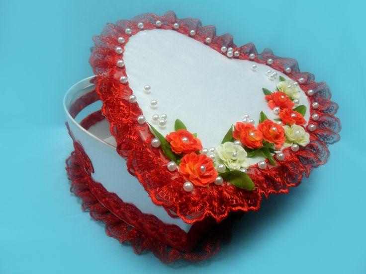 красные и кремовые розы на денежном сундучке.Handiwork Irina Sharm. Design studio Soprun Vladislava.