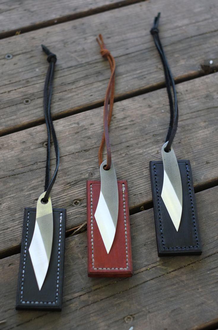 Le kiridashi peut être considérée comme une lignée vers le bas du couteau de poche. C'est une conception traditionnelle japonaise qui est compact et robuste. Dashi ont une variété d'utilisations telles que: sculpture, cordon de coupe, ouverture de boîtes, lumière indiscrets, jardinage, enlever quelques éclats, etc.. Fondamentalement, c'est le couteau utilitaire ultime avec style. Simple et très fonctionnel. Ils mesurent environ 4 d'un bout à la queue.  Ces kiridashis sont recyclés de vieux…