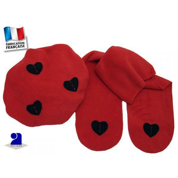 Béret-Echarpe rouge avec coeurs noirs  en polaire par Poussin Bleu  taille unique 12-36 mois      Un béret et une écharpe en polaire pour réchauffer les enfants  3 coeurs découpés et cousus main sur le béret  et 1 coeur à chaque pan de l'écharpe décoré de 4 perles      Tissu: polaire de qualité     Coloris: rouge, coeurs coloris noir avec des perles en rouge     Taille unique: 12-36 mois
