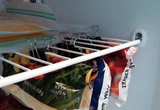 Du brauchst mehr Platz in deinem Gefrierschrank? Häng die Beutel mit TK-Gemüse doch einfach mit Aktenklammern auf!