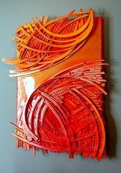 Crea un collage sobre un lienzo con recortes de cartón y píntalo con dos tonos de #pintura en #spray
