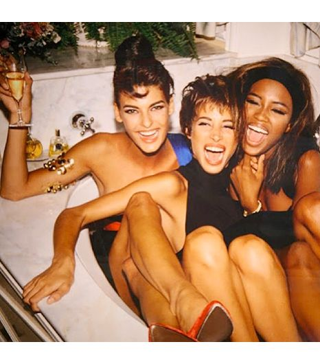 Super model bath time with Linda, Christy and Naomi. So 90's and SO fabulous.