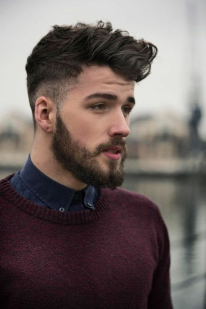 les coupes de cheveux bouclés homme 2017 court sur les cotes, homme avec pull…