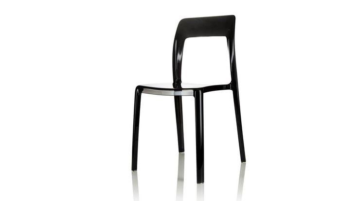 Svart Pudeln plaststol. Polykarbonat, stol, plast, köksstol, kök, matsalsstol. http://sweef.se/stolar/59-pudeln-stol-i-polykarbonat.html