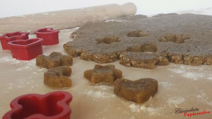 La pasta frolla ai pistacchi è una preparazione di base semplice da realizzare, perfetta per preparare biscotti o crostate per una merenda golosa.