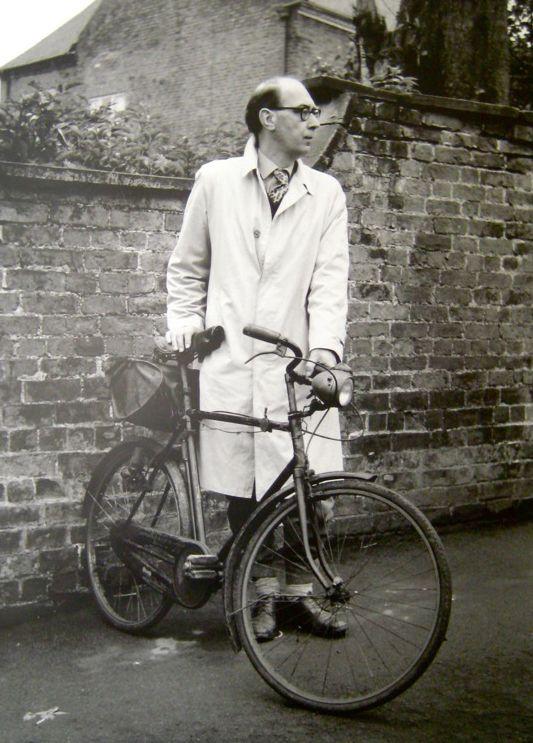 All'inizio degli anni Ottanta, nell'immaginario comune, Larkin era un secchione solitario ma gioviale – calvo, occhialuto, con i lacci da bicicletta ai pantaloni... A metà degli anni Novanta, invece, vediamo in lui uno Scrooge rimbambito e settario... La reazione contro Larkin è stata violenta e ipocrita come non mai, tendenziosa e compiaciuta.