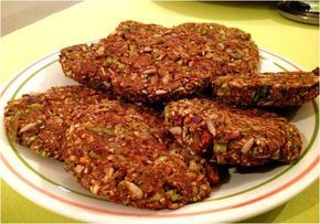 Vergeet die vieze vegetarische hamburgers uit de supermarkt. Echte, lekkere veggieburgers maak je toch gewoon zelf: lekkere kruiden, frisse groentjes, smeuïge bonen en krokante zaden en pitten, meer moet dat niet zijn. Ook makkelijk in te vriezen.