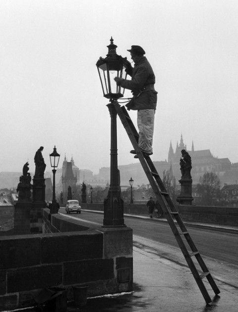 Lampář při práci na Karlově mostě (723-2), Praha, zima 1959
