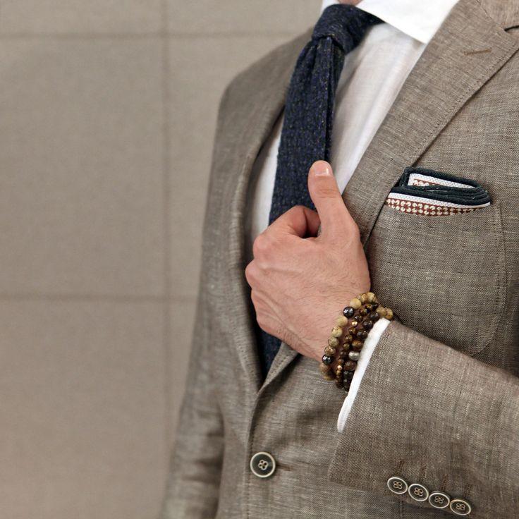 Hafta içi stilinizde formal görünümü korumak zorunda olsanız da keten mendil, örgü kravat ve bilek gibi aksesuar detaylarıyla renklendirin…  #Ramsey  #fashion # #cool #model #style #swag  #fashioninstagram #trends #instablogger #trendy #casual #look #instastyle #styling #moda #fashionstyle #menfashion #menstyle #moda #erkekmodasi #clothes #man