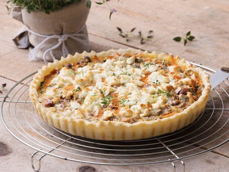 Simpel en overheerlijk. We kunnen deze taart niet anders beschrijven. Het zoete van de wortels past perfect bij het zoute van de geitenkaas ...